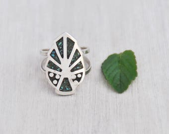 Vintage Abstract Leaf Ring - 925 sterling silver with crushed turquoise chips - size 7