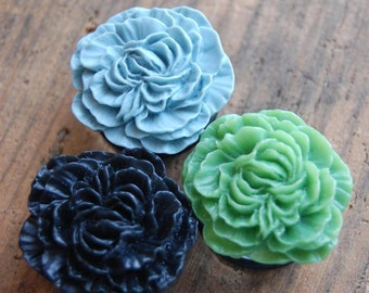 1 inch (25mm) Flower Plugs for Stretched Earlobes. Choose you color. Green, Grey, Black Flower gauges.  Acrylic Hidden Floral Plugs