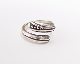 Vintage 60s Ring - Sterling Silver Wrap Ring Artisan Jewelry 925 Sz 7.5 / 8