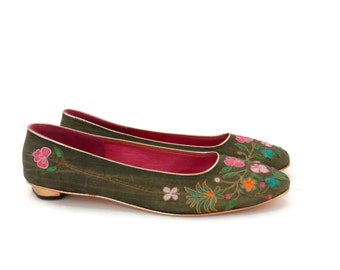 Taj/Tajerie Green Raw Silk Ladies Shoes with Floral Embroidery Gold Kitten Heels New Vintage