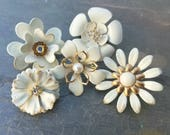 5 Mini Distressed  Ivory and Gold Tone Enamel Flower Brooches or Flatback Flowers Cream Broach Pins Small Metal Flowers Off White FLOT29