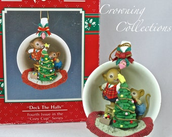 Enesco Cozy Cup Deck the Halls Mice Treasury of Christmas Ornament Decorating Tree 4th in Series Teacup M. Gilmore Designs