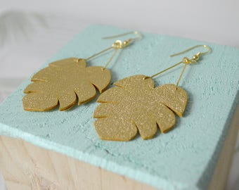Monstera pendant earrings in gold leather and gold plated