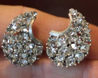 Signed Lisner silver tone vintage clear rhinestone cluster earrings clip on