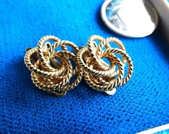 Twisted filigree rope earrings. Swirly gold tone clip on vintage earrings.