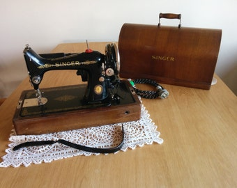 Beautiful Vintage SINGER Sewing Machine [Model 99K], Knee Operated with light globe and Wooden Case