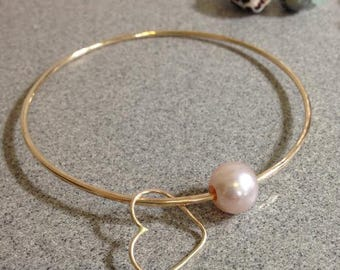 Gorgeous! Iridescent Pink Edison Pearl 14k gold filled Hammered Bangle w/Heart charm