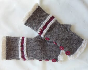 Mitt fingerless wool with a series of red buttons