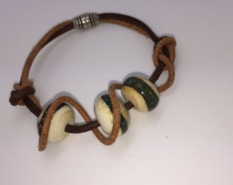 Bracelet with leather strap and hand-crafted glass beads