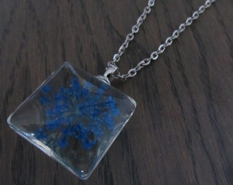 Necklace with pendant flower