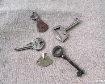 FREE SHIPPING, Antique skeleton keys - Rustic decor - Old skeleton key - Vintage skeleton keys, Various keys - Set of 5 keys -Collectibles