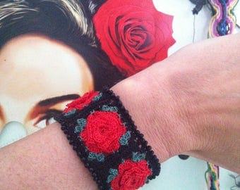 Rose bracelet red roses and basic black. Zoownatas
