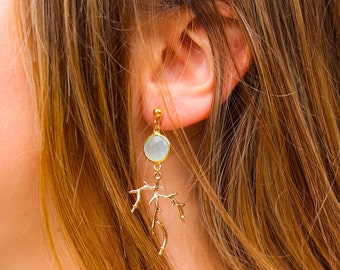 Chalcedony, coral flashed branch earring gold.