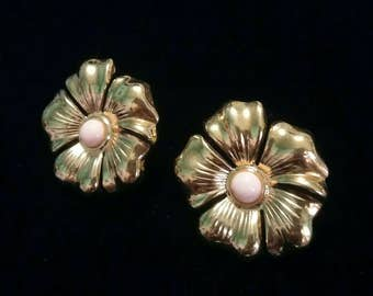 Gold tone flower with peach center bead clip on earrings