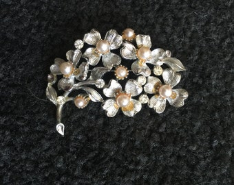 LISNER Vintage SilverTone and Pearl Flower Brooch