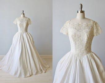 Vintage Lace Wedding Dress / 1960s Wedding Dress / Short Sleeves / Full  Ballgown Skirt / Modest Wedding Dress / Alexa