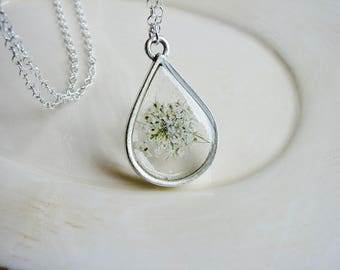 White Queen Anne's Lace Necklace, Pressed Flowers Necklace, Teardrop Pendant Necklace, White Wedding Jewelry, Nature Jewelry, Resin Jewelry