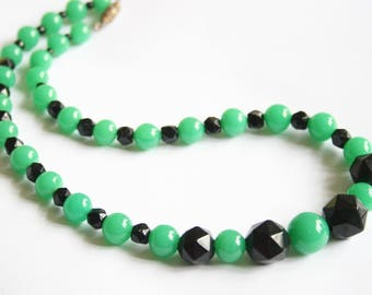 Vintage necklace. Green and black glass bead necklace. Vintage jewellery.  Vintage jewelry