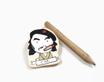 CHE GUEVARA wooden brooch, Che Guevara handpainted Magnet, Che Guevara Communism lapel pin, Gift for him, Socialism party token, Cuban Icon