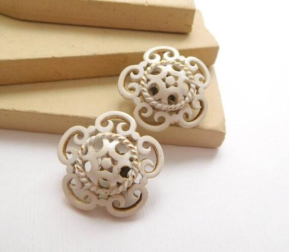 Vintage Crown Trifari White Enamel Lattice Flower Gold Tone Clip On Earrings L33