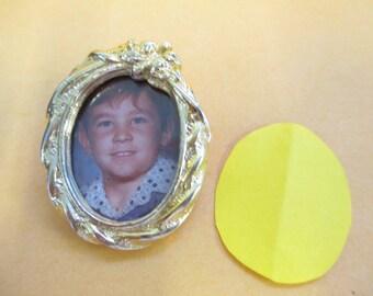 Vintage gold tone photo frame brooch no markings