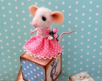 Nora - Needle felted mouse, miniature mouse, dollhouse mouse, felt mouse, felt mice, art mouse, woolen figurine, happy mouse