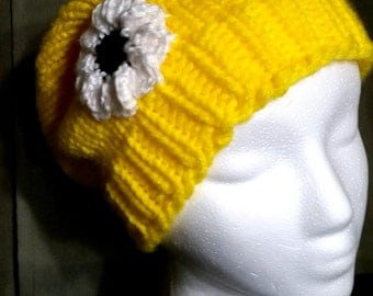 Yellow slouch hat with daisy