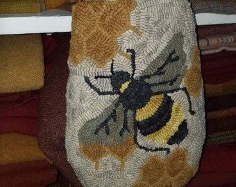 Bee Happy rug hooking hanging pocket pattern