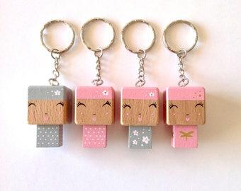 Porte-clés Figurine cubique Poupée kokeshi pois - fleurs blanches ou libellules - peinte à la main