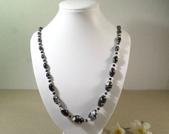 Beautiful Vintage Single Strand Graduated Black and White Glass Beaded Necklace, Gorgeous!  DL#2400