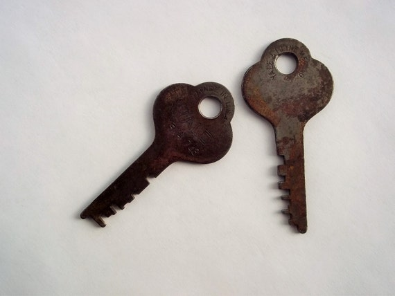 Vintage keys two yale town mfg co rusty patina skeleton for Art made with keys