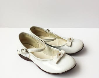 Tiny Step Vintage 1950s White Little Girls Shoes Mary Janes with White Bakelite Bows (12/24M)