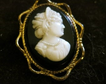 Vintage goldtone black cream cameo lady   brooch