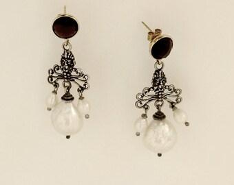 Orecchini pendenti maschere greche e perle