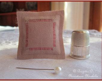"Cushion embroidered Miniature ""Upset beams"" Mole/Red"