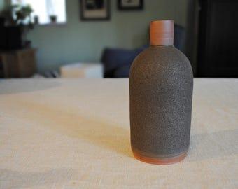 Black bottle, stoneware bottle, ceramic vase, bouteille en céramique, bouteille noire, red clay, textured glaze, François Grenier