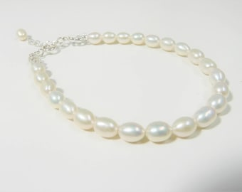 Beautiful natural ivory freshwater pearl bracelet with extender chain.  Wedding jewellery. Bridal bracelet. Pearls