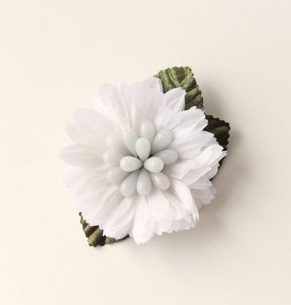 White flower hair clip, Vintage millinery clip, Milk glass stamen center, bridal floral headpiece, Bridal hair, Updo hair clip flower