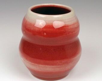 Vase en porcelaine rouge; poterie à la main