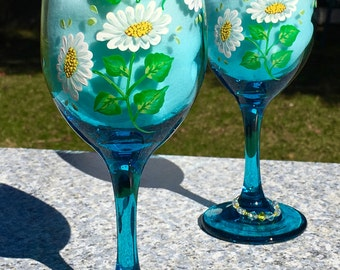Wine Glasses Hand Painted Daisies and Wine Glass Charms, Set of 2-12 oz, Summer Glasses, Birthday Gift, Wedding Gift, Anniversary Gift