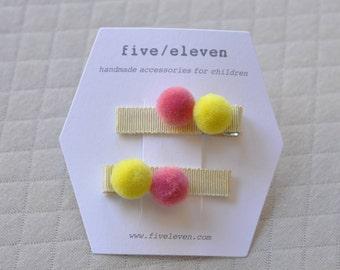 Pompoms hair clips LEMONADE. Handmade pair of flat barrettes with pompoms. Barrettes à pompons
