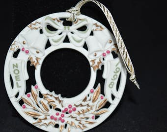 Wreath / ornament / Noel / 1998 / white / green / red / gold trim / round / Christmas ornament / holiday ornament / porcelain / white