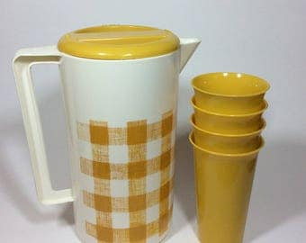 Vintage Gold White Checked Gingham Plastic Juice Water Pitcher 4 Matching Tumblers