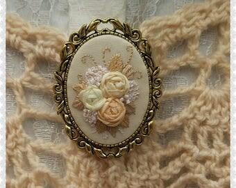 RI1 Ivory roses brooch