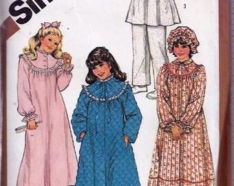 Girls' and Chubbies' Nightgown, Pajamas, Robe and Hat Pattern- Patron de Chemise de nuit, robe de chambre et béguin - Simplicity no 5674