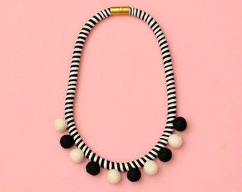 Pom Pom Halskette Schwarz weiß, Faser Statementkette, Filz, Pom Pom Schmuck, Seil, Baumwolle Halskette, einzigartige Halskette