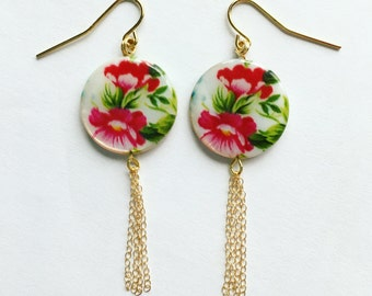 Pretty floral printed shell earring in gold with danlge tassel finish
