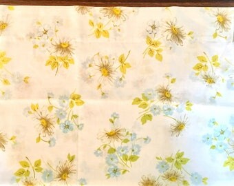 Vintage Pillowcase / Standard Size / Floral Daisies