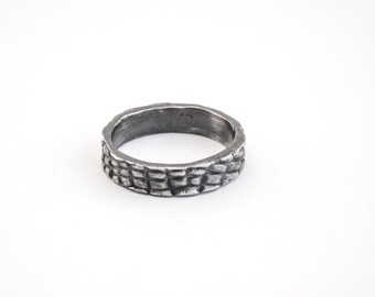 The ring « Sage mais pas trop » is one of the creations of the collection « Amour sauvage » (« Wild love » in French) of YON PARIS.