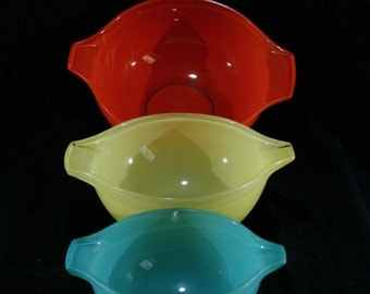 Pyrex Sedlex bowls, France, Red, Yellow & Green Pyrex Cinderella mixing bowls, 1958